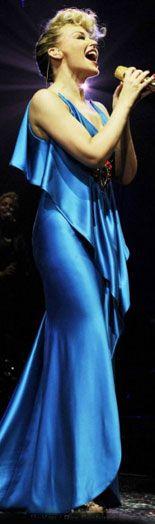 Minogue, yeni albümü X'ten şarkılarını trend dans şovlarıyla söyledi.